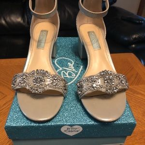 LIKE NEW BETSEY JOHNSON SILVER WOMENS SHOES 7.5
